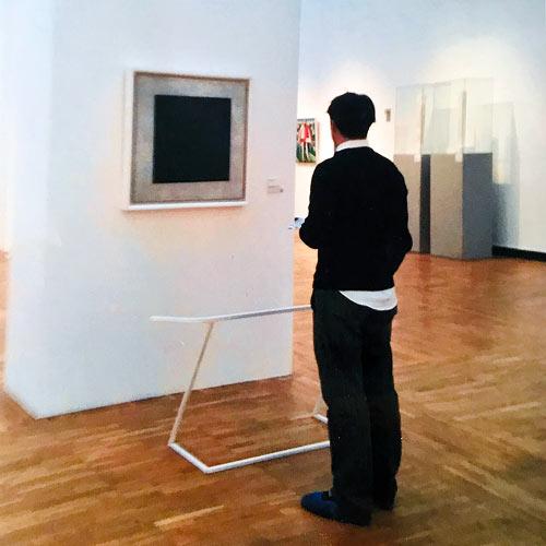 Ma2f devant une oeuvre de Malevitch